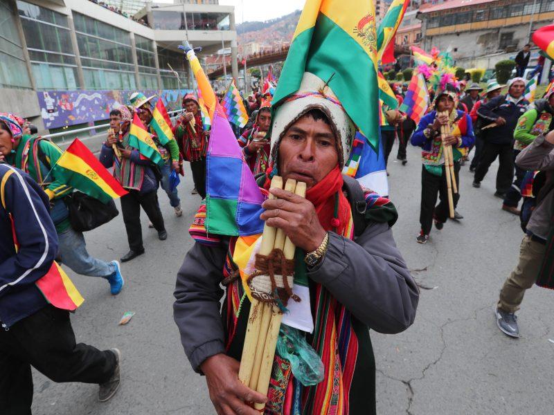 Miles de seguidores apoyan a Evo Morales frente a quienes exigen que renuncie
