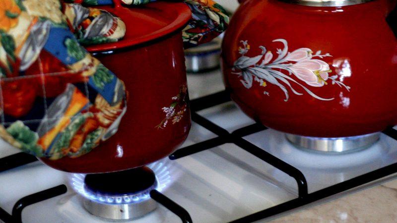 ALT=Una-olla-y-una-tetera-en-una-cocina-de-gas-de-una-casa-de-la-localidad-polaca-de-Wroclaw.-EFE/Adam Hawalej/Archivo.jpg