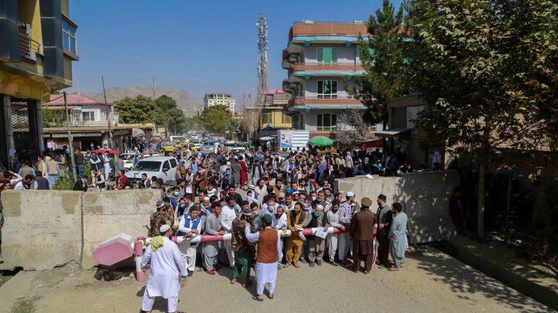 Alt-Afganos-congregados-a-las-afueras-de-la-oficina-de-pasaportes-en-Kabul.-EFE-EPA.STRINGER.jpg