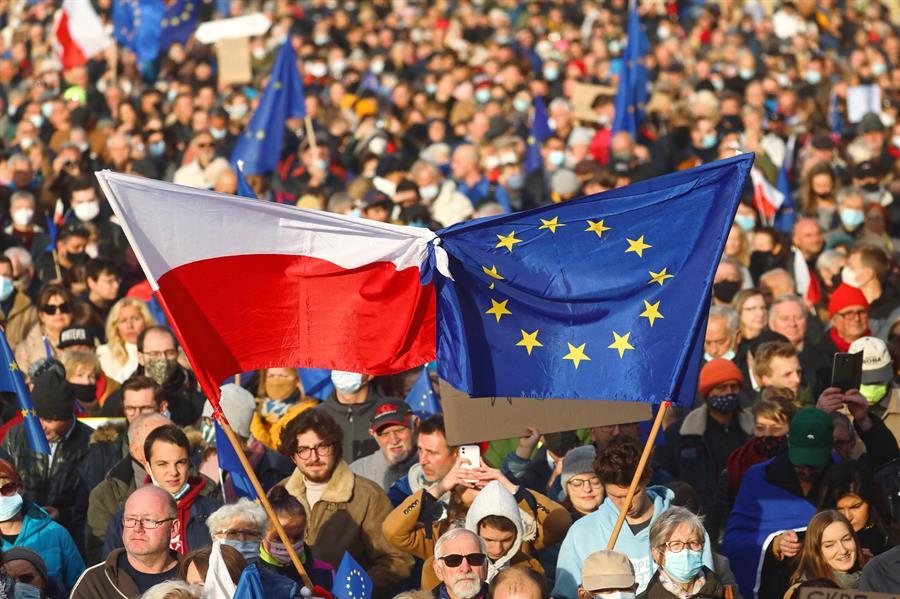 """Alt= Banderas de Polonia y de la UE durante la manifestación en Varsovia en contra del fallo del Tribunal Constitucional polaco. EFE/EPA/ART SERVICE 2 Polonia se moviliza contra el peligro de un """"Polexit"""" y en defensa de la UE"""
