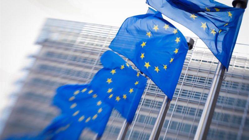 Alt= Banderas de la UE frente a la sede de la Comisión Europea en Bruselas, Bélgica. EFE/ EPA/Olivier Hoslet/Archivo