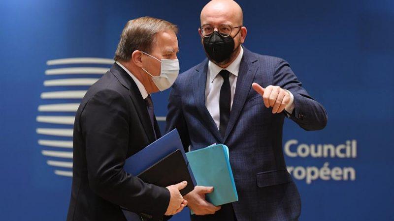 Alt= El presidente del Consejo Europeo, Charles Michel (d), habla con el primer ministro sueco Stefan Lofven (i) a su llegada al segundo día de la cumbre europea. EFE / EPA / JOHN THYS / POOL