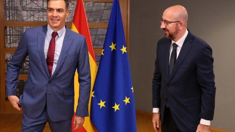 Alt= El presidente español Pedro Sánchez (i) y el presidente del Consejo Europeo Charles Michel (d) en Bruselas el 21 de octubre de 2021. EFE / EPA/ FRANCOIS WALSCHAERTS