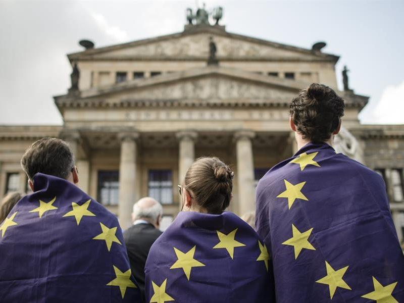 Alt= Jóvenes en una manifestación a favor de la UE en Berlín,Alemania.EFE/EPA/CLEMENS BILAN/ArchivoLa juventud europea reclama un futuro verde, inclusivo y federal en la UE