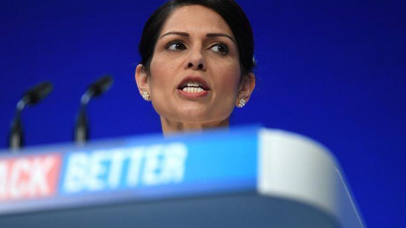 """Alt= La ministra británica de Interior Priti Patel en la Conferencia del Partido Conservador en Manchester. EFE / EPA / NEIL HALL Los """"tories"""" endurecen su duro discurso migratorio para unir a sus bases"""