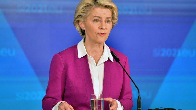 """Alt= La presidenta de la Comisión Europea Ursula von der Leyen en Brdo Pri Kranju, Eslovenia, durante la celebración de la Cumbre de los Balcanes. EFE/EPA/IGOR KUPLJENIK Von der Leyen asegura que la UE """"no está completa"""" sin los Balcanes"""