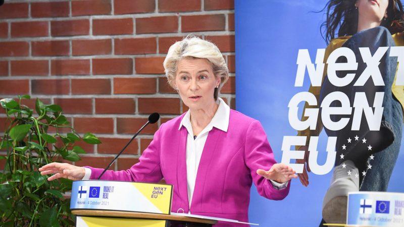 Alt= La presidenta de la Comisión Europea, Ursula von der Leyen, en su visita a Finlandia el 4 de octubre de 2021.EFE/EPA/KIMMO BRANDTVon der Leyen apunta a desvincular de la electricidad los precios del gas
