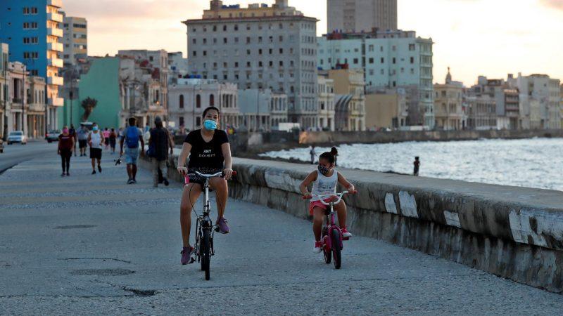 Alt-Personas-circulan-por-el-malecon-en-la-Habana-Cuba-en-una-fotografia-de-archivo.-EFE-Ernesto-Mastrascusa.jpg