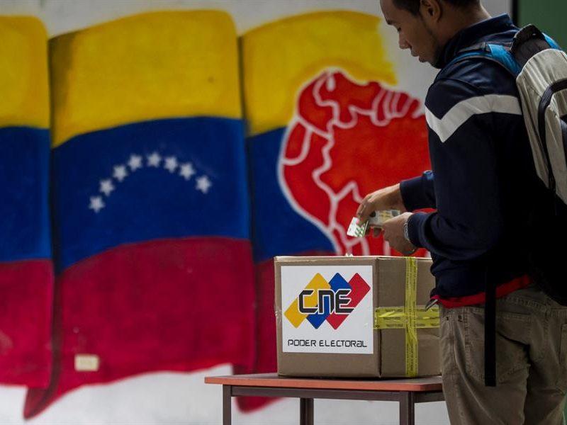 Alt= Un hombre vota en unas elecciones municipales en Caracas, Venezuela. EFE/MIGUEL GUTIÉRREZ/Archivo La UE retirará su misión de observación electoral si cambian las condiciones