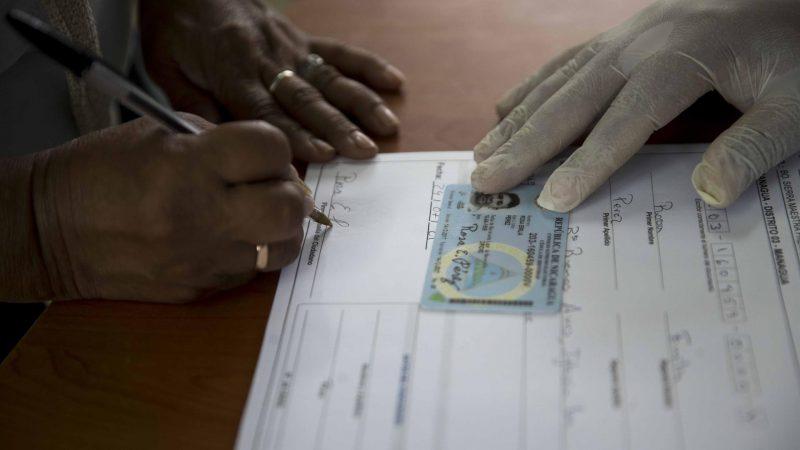 Alt-Una-mujer-participa-en-el-proceso-de-verificacion-ciudadana-electoral-en-el-centro-educativo-republica-de-Cuba-de-Managua-Nicaragua.-EFE-Jorge-Torres-Archivo.jpg