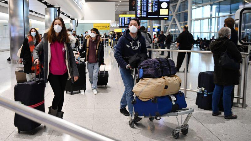 Alt= Viajeros llegan al aeropuerto de Heathrow en Londres, Reino Unido. EFE/EPA/ANDY RAIN/Archivo. La mayoría de los ciudadanos de la UE solo podrá entrar al Reino Unido con pasaporte