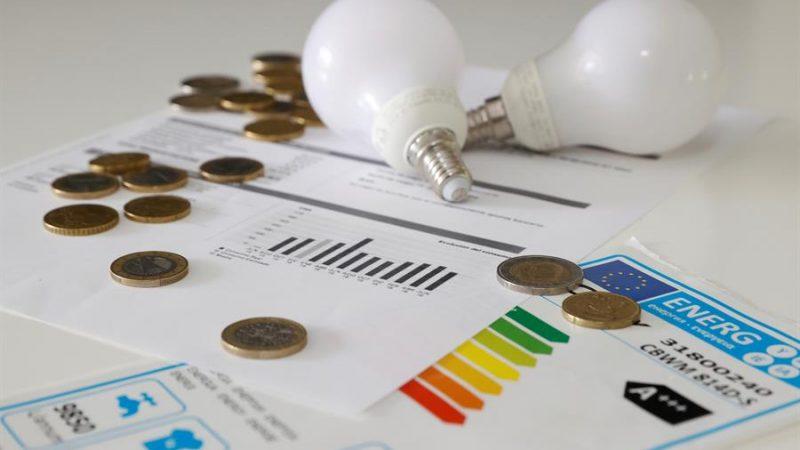 Alt=El precio de la energía sigue al alza. En la imagen, varias bombillas y facturas de la luz. EFE/Juan Carlos Hidalgo/Archivo Bruselas descarta medidas urgentes por la escalda de precios de la energía
