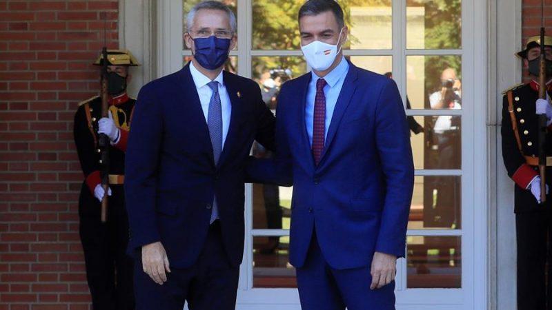 Alt=El presidente del Gobierno, Pedro Sánchez (d), recibe al secretario general de la OTAN, Jens Stoltenberg (i) en el Palacio de La Moncloa. EFE/Fernando Alvarado