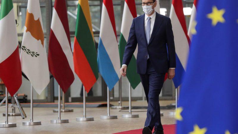 AltEl-primer-ministro-polaco-Mateusz-Morawiecki-a-su-llegada-a-la-cumbre-de-la-UE.-EFE-EPA-OLIVIER-HOSLET-POOL.jpg