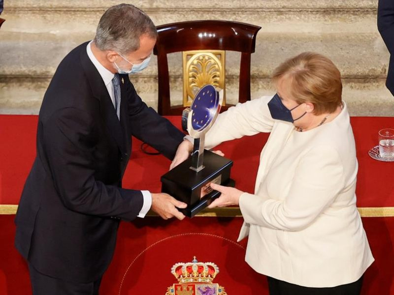 Alt=El rey Felipe VI entrega a la canciller alemana, Angela Merkel, el XIV Premio Europeo Carlos V. EFE/Ballesteros