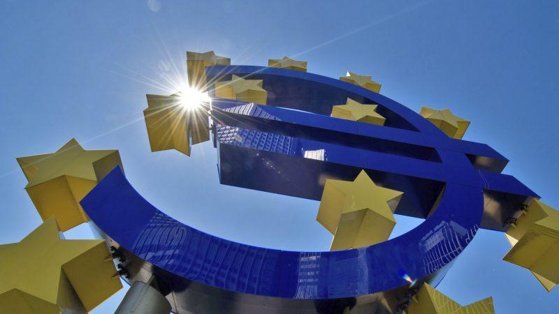 Alt=Escultura del euro en la sede del BCE en Fráncfort (Alemania). EFE/Boris Roessler/Archivo