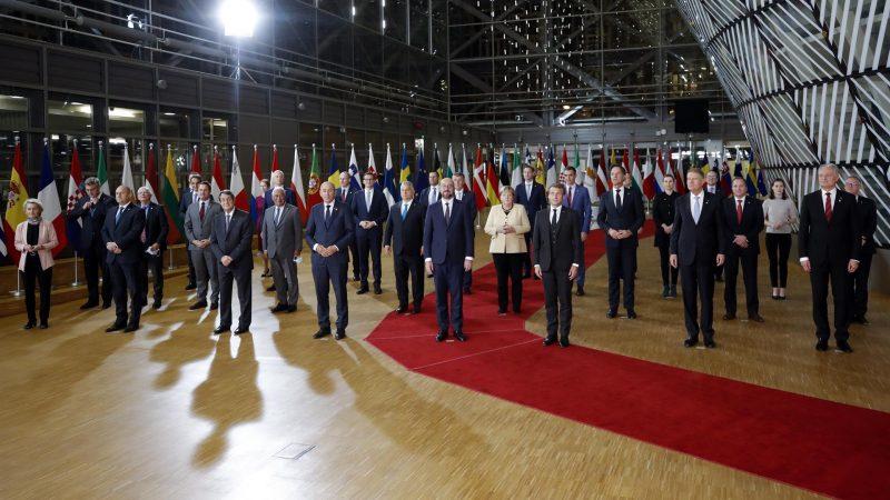 AltFoto-de-familia-de-los-lideres-asistentes-a-la-cumbre-de-la-UE.-EFE-EPA-OLIVIER-HOSLET.jpg