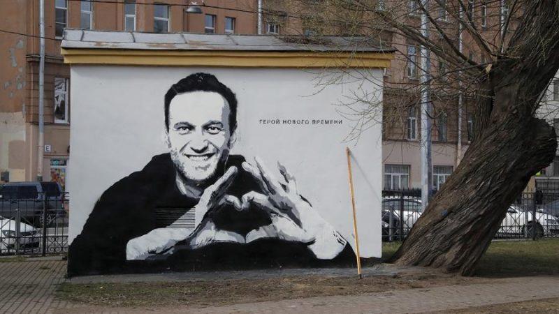 Alt=Un grafiti con el rostro del encarcelado opositor ruso, Alexei Navalni, en una calle de San Petersburgo, Rusia. EFE/EPA/ANATOLY MALTSEV/Archivo