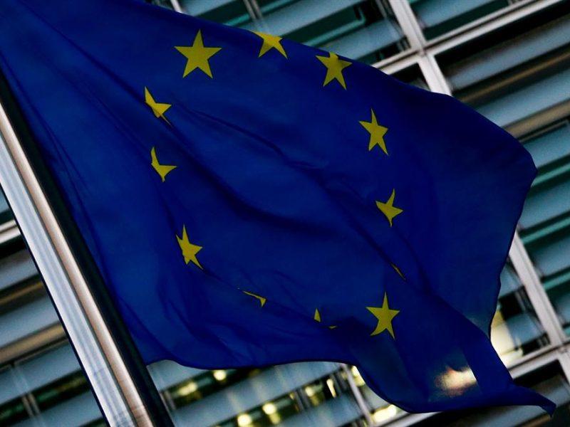 Alt=Una bandera de la UE cerca de la Comisión Europea en Bruselas, Bélgica. EFE/EPA/STEPHANIE LECOCQ/ArchivoLa Comisión Europea dice que el TJUE es necesario para que Irlanda del Norte siga en el mercado único