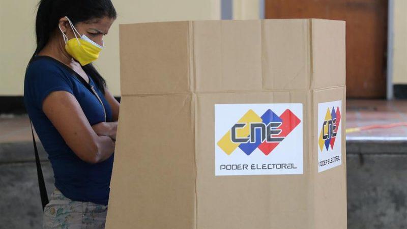Alt=Una mujer participa en el simulacro electoral en Caracas, Venezuela. EFE/ Miguel Gutiérrez
