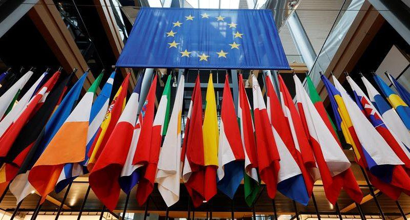 Alt=Vista de las banderas de los países miembros de la Unión en el Parlamento Europeo en Estrasburgo, Francia. EFE/EPA/RONALD WITTEK / POOL. La Eurocámara insta a cumplir las normas de antielusión fiscal tras los Papeles de Pandora