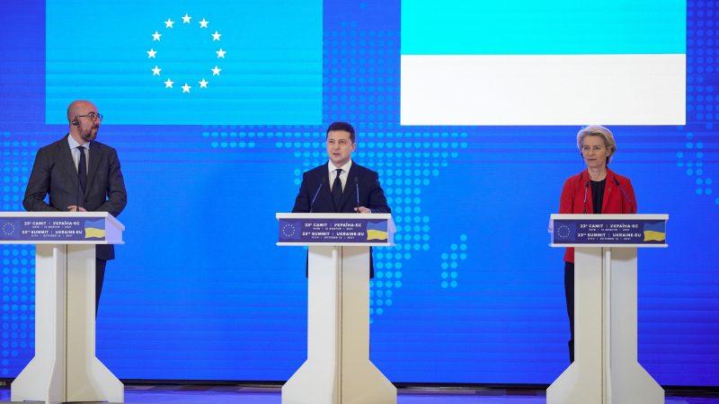 Alt = El presidente del Consejo Europeo, Charles Michel, el presidente ucraniano, Volodímir Zelenski, y la presidenta de la CE, Ursula von der Leyen, en Kiev.